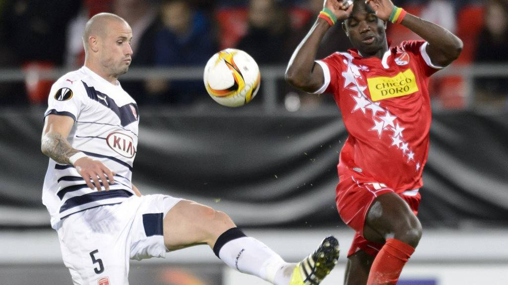 Bordeaux's Nicolas Pallois, left, vies for the ball with Sion's Moussa Konate, right, during the UEFA Europa League group B soccer match between FC Sion and FC Girondins de Bordeaux at the Tourbillon stadium in Sion, Switzerland, Thursday, November 5, 2015. (KEYSTONE/Laurent Gillieron)