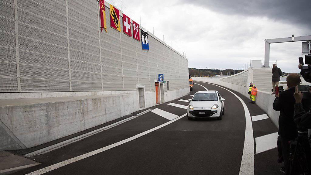 Nach der offiziellen Eröffnung rollt das erste Auto über den Ostast der A5 in Biel - vier von fünf Kilometern führen durch Tunnel.