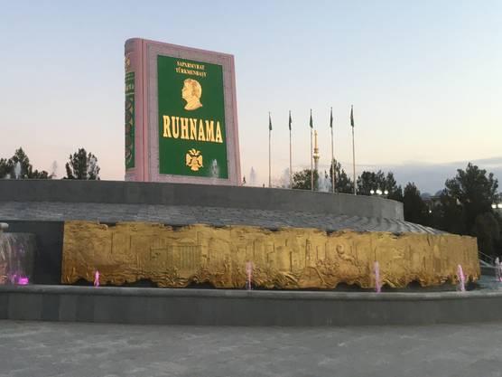 Das Buch Ruhnama soll der Feder des früheren Staatspräsidenten Turkmenistans, Saparmyrat «Turkmenbaschi»Nyýazow, entflossen sein. Das Propagandawerk hatte in seiner Ära einen derart hohen Stellenwert, dass ihm diese Statue gewidmet wurde.
