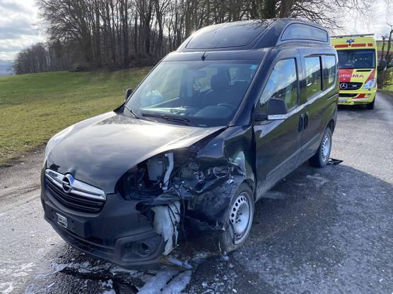 Der Opel-Lenker geriet in einer unübersichtlichen Kurve zu weit nach links und stiess dabei mit einem entgegenkommenden Mercedes zusammen.