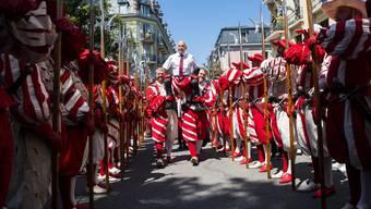 Bundespräsident Ueli Maurer lässt sich durch das Winzerfest in Vevey tragen.