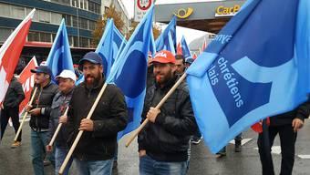 Im Wallis haben rund 400 Bauarbeiter am landesweit organisierten Protest gegen die Verschlechterung ihrer Arbeitsbedingungen teilgenommen, die durch den neuen Landesmantelvertrag droht.
