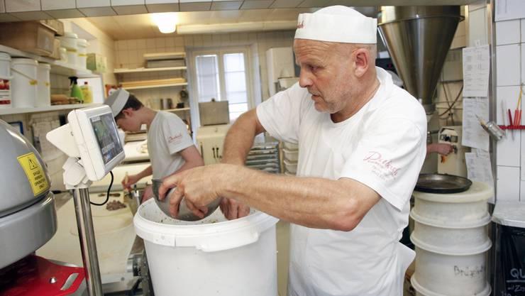 Chef Erich Dubach mischt die Schweinefleisch-Füllung, die nach alten Geheimrezept exakt abgewogen wird