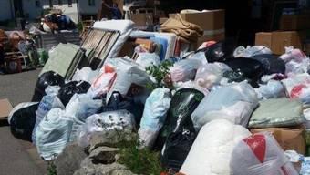Säcke und Kisten stapeln sich vor der Sammelstelle in Lupfig.