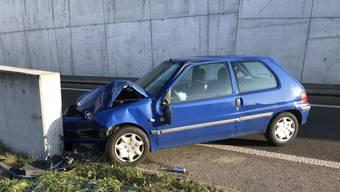 Der Fahrzeuglenker wurde dabei verletzt.