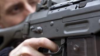 Trotz schärferer EU-Vorgabe: Schweizer Armeeangehörige können ihr Sturmgewehr nach Ende der Dienstzeit weiterhin behalten. (Symbolbild)