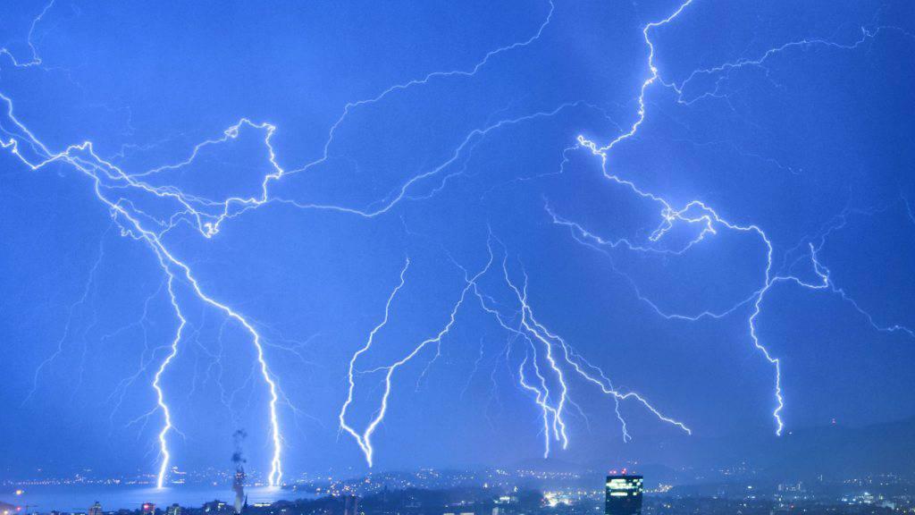Schweizweit über 200'000 Blitze im Sommer 2020