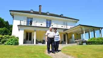 «Am liebsten eine Familie mit drei Kindern»: Das Ehepaar Jürg und Marie-Thérèse Schiffmann vor der Villa, in der es seit 28 Jahren wohnt.