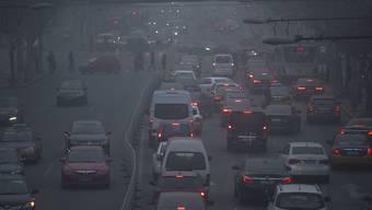 Kein Feierabend-Verkehr beim Eindunkeln, sondern Strassenbild aus Peking tagsüber bei Smog (Archiv)