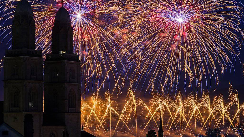 Für einmal farbiger Regen über Zürich: Das zwischendurch durchzogene Wetter führte zu weniger Besucherinnen und Besuchern am Züri Fäscht 2016 als bei der letzten Ausgabe. Höhepunkte waren aber erneut die Feuerwerke, welche über dem Grossmünster den Nachthimmel erhellten.