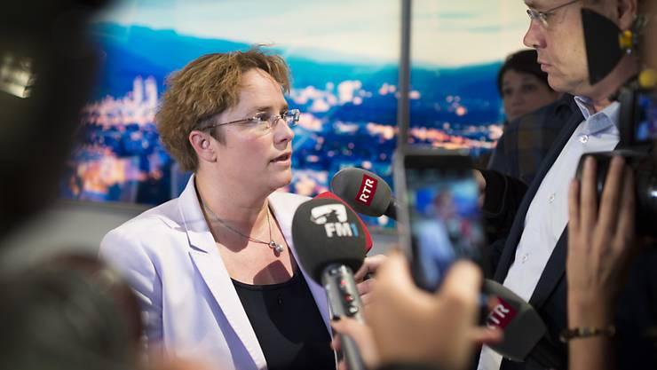 Die neu gewählte Bündner Nationalrätin Magdalena Martullo-Blocher gibt im Wahlstudio von Radiotelevisiun Svizra Rumantscha RTR in Chur ein Interview.