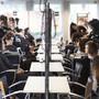 Coiffeuse-Lernende üben Fertigkeiten ihres Berufstandes: Eine Studie zeigt, dass Lehren immer häufiger abgebrochen werden.