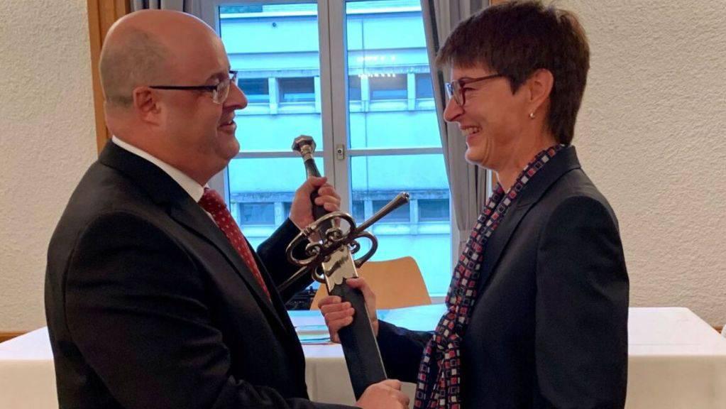 Parlamentspräsident Hans Rudolf Forrer überreicht der neuen Glarner Frau Landammann Marianne Lienhard (SVP) das Landsgemeindeschwert.