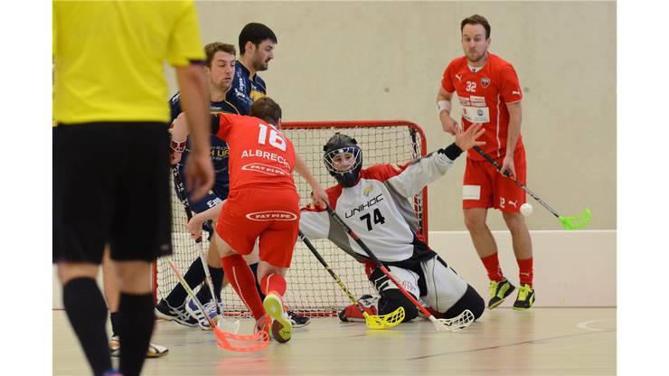 Goalie Waldenburg Nr. 74 pariert den Schuss von Köniz Nr. 16 Dominic Albrecht