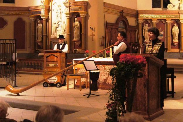 vlnr: Drehorgelspieler Roland Schwab, Alphornsolist Peter Baumann, Erzählerin Therese Utiger