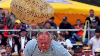 Auch das gehört zum Weissenstein-Schwinget: Steinstossen mit dem 66 Kilogramm schweren Weissenstein-Stein. (Archiv)