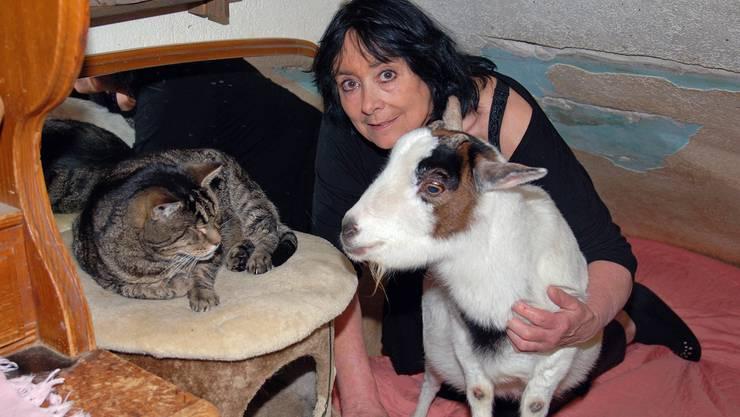 Tierlignadenhof-Betreiberin Monika Spoerlé mit zwei ihrer rund 120 Schützlinge. sh