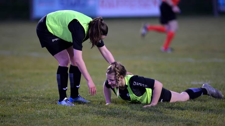 Mara Locati (l.) hilft ihrer am Boden liegenden Teamkollegin Mara Gloor (r.)