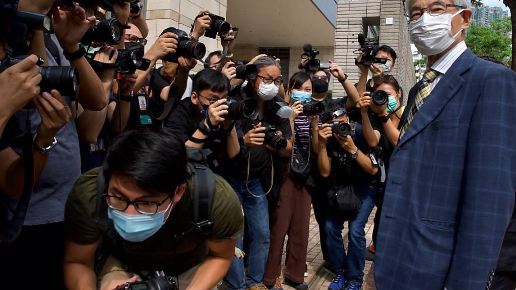 Der pro-demokratische Rechtsanwalt Martin Lee (r) kommt vor einem Gericht in Hongkong an. Foto: Vincent Yu/AP/dpa