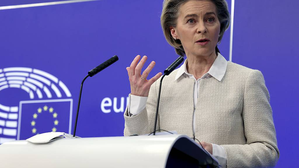 Ursula von der Leyen, Präsidentin der Europäischen Kommission, spricht während einer Pressekonferenz im Gebäude des Europäischen Parlaments. Foto: Olivier Matthys/AP/dpa