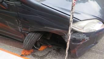 Das Auto prallte in eine Leitplanke.