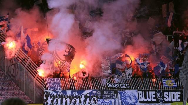GC-Fans beim Abbrennen vom Pyros. (Symbolbild)