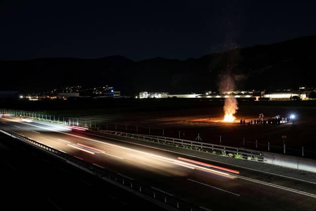 Die Feuer entzündeten sie entlang der Autobahn, die auf sechs Spuren ausgebaut werden soll.