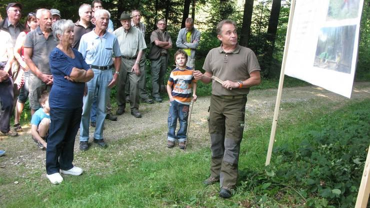 Revierförster Daniel Kleger machte die Teilnehmenden mit dem Nutzen des Waldes vertraut.