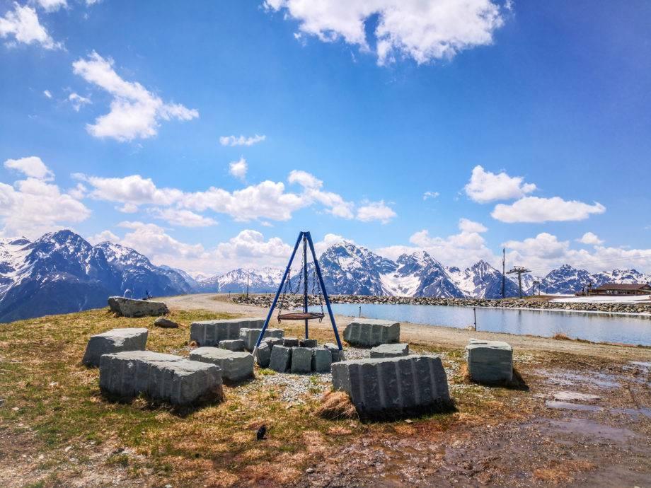Die schönste Feuerstelle der Schweiz? Sicherlich ist die Feuerstelle Schlivera die höchste er erfassten, sie liegt auf 2400 Meter über Meer. (© Schweizer Familie / Werd & Weber Verlag AG)