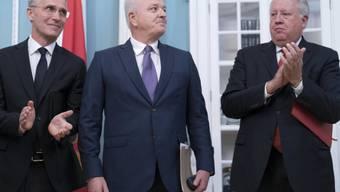 Der montenigrinische Regierungschef Dusko Markovic (M.) NATO-Generalsekretär Jens Stoltenberg (l.) und US Under Secretary of State Thomas Shannon am Montag in Washington bei der Beitrittszeremonie.