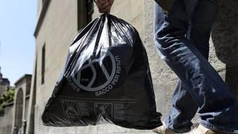 Beim Entsorgungsplatz wurden illegal schwarze Säcke mit Abfall deponiert. (Symbolbild)
