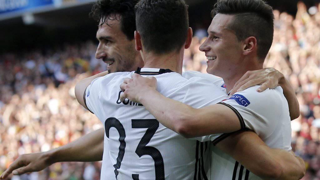 Mats Hummels, Mario Gomez und Julian Draxler (von links) umarmen sich nach dem dritten Treffer