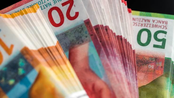 Die 10er-, 20er- und 50er-Note der Neunten Banknotenserie der Schweizerischen Nationalbank. Sie bestehen nicht einfach aus Papier, sondern aus einem Substrat aus zwei Baumwollpapierschichten und einer Kunststofffolie in der Mitte zur Verstärkung. (Archiv)