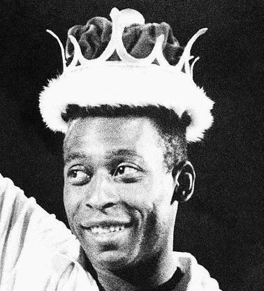 «O Rei», der König: Pelé posiert mit einer Krone im Wert von 13000 US-Dollar.
