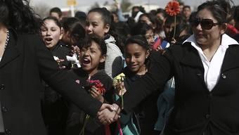Hunderte Mexikanerinnen und Mexikaner bildeten in Ciudad Juárez an der Grenze zu den USA eine Menschenkette. Sie protestierten damit gegen die von US-Präsident Donald Trump geplante Grenzmauer.