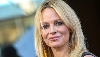 """Die Rolle des Sexsymbols muss die inzwischen 48-jährige Pamela Anderson einer jüngeren Kollegin überlassen. Einen Part wird die Schauspielerin in der """"Baywatch""""-Verfilmung dennoch übernehmen. (Archivbild)"""