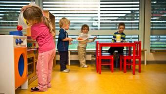 Kinder spielen in einer Aarauer Kita (Archivbild 2012).