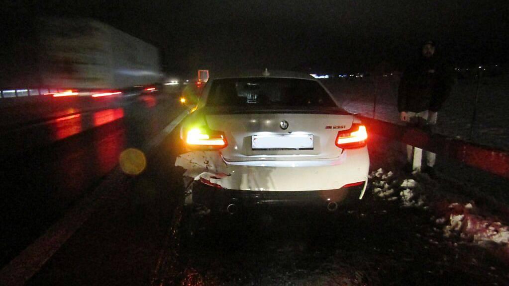 Auf der A3 in Bilten verunfallte eine Autofahrerin während des Überholens.