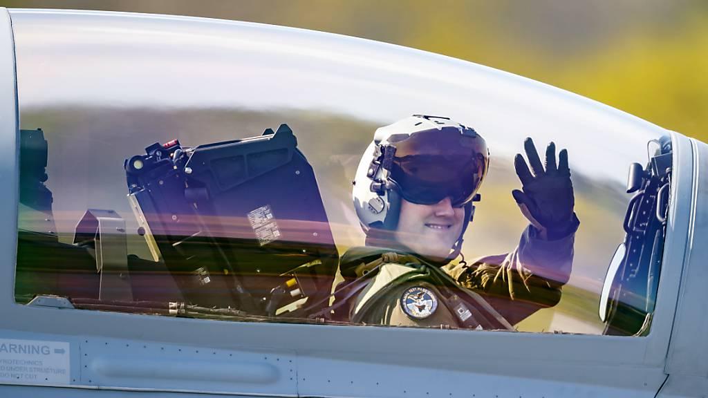 Berufsmilitärpiloten sollen bei Fluggesellschaften arbeiten