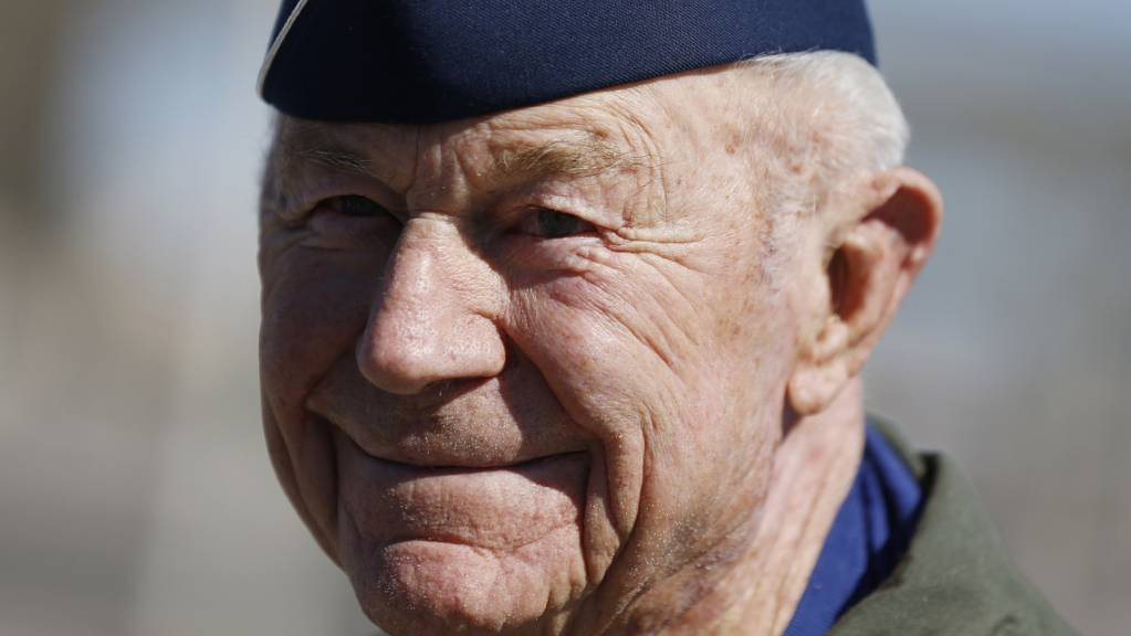 ARCHIV - Yeager war der erste Pilot, der mit einem Flugzeug die Schallmauer durchbrach. Er starb am Montag, den 07.12.2020, im Alter von 97 Jahren, wie seine Frau Victoria auf dem offiziellen Twitteraccount Yeagers mitteilte. Foto: Isaac Brekken/AP/dpa