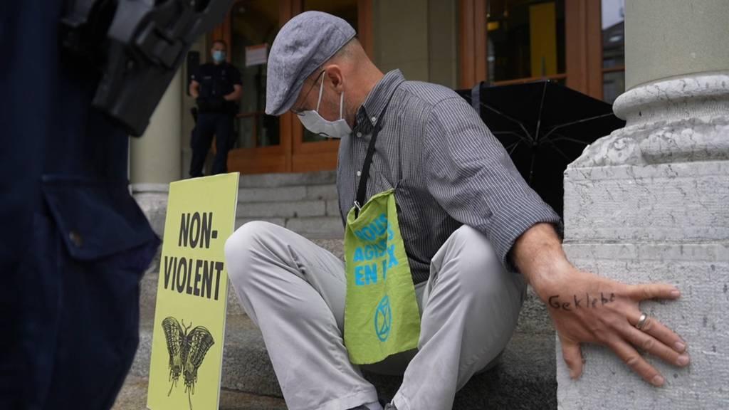 Extinction-Rebellion-Aktivisten kleben sich ans Bundeshaus