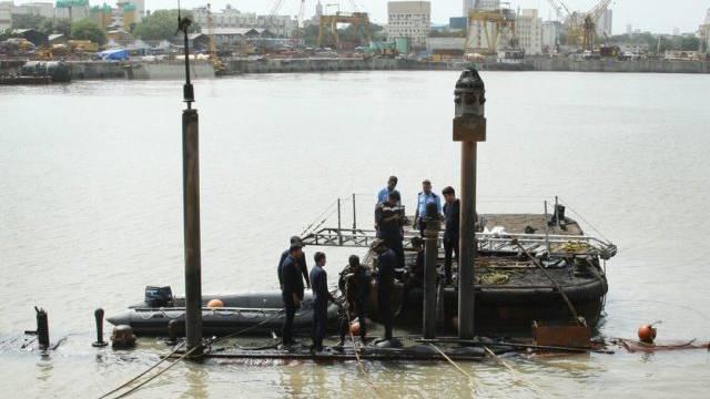 Im Hafen von Mumbai wird nach den vermissten Seeleuten gesucht