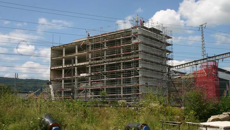 Vom Sitz der ehemaligen Koenig Feinstahl unweit des Dietiker Bahnhofs ist nicht mehr viel übrig. Der Bau wird totalsaniert. Das Bürogebäude sollte im August kommenden Jahres fertiggestellt sein.