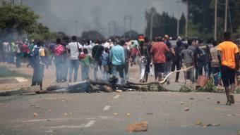Bei Protesten wegen Benzinpreiserhöhungen ist es am Montag in Simbabwe zu Ausschreitungen gekommen.