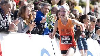Martina Strähl läuft am Murtenlauf als erste ins Ziel.