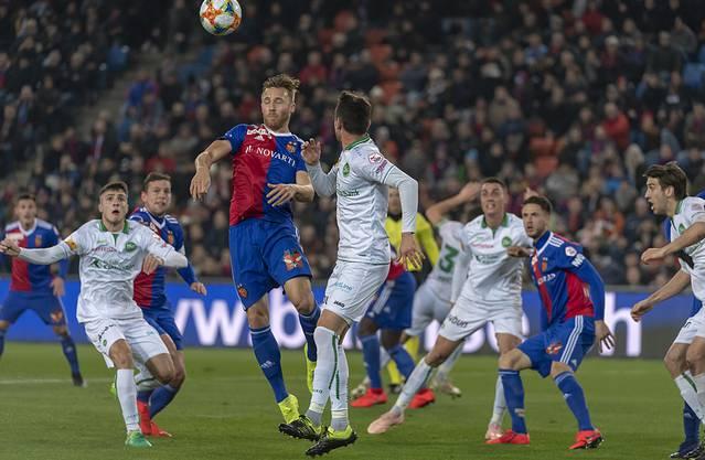 FCB-Verteidiger Silvan Widmer wehrt mit einem Kopfball ab.