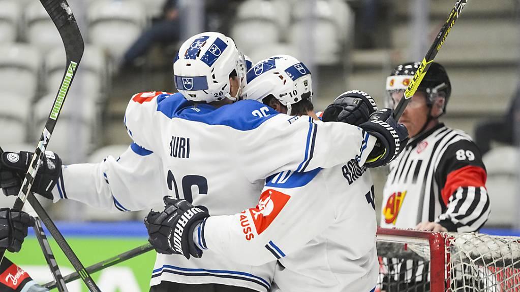 Reto Suri (links) feiert einen seiner beiden Treffer im dänischen Vojens