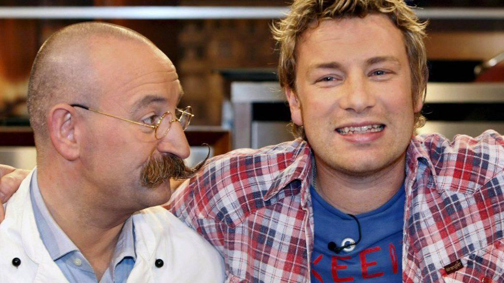 """Horst Lichter (hier mit Berufskollege Jamie Oliver, rechts) mag es unkompliziert: Gehobene Kost ist dem TV-Koch """"zu anstrengend"""" (Archiv)."""