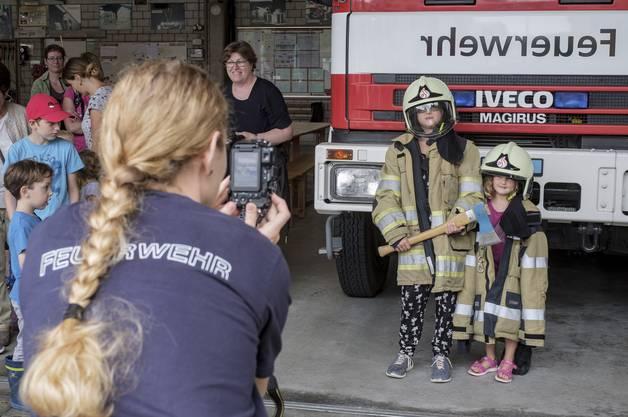 Kinder besuchen das Feuerwehrmagazin in Liestal im Rahmen des Ferienpasses.