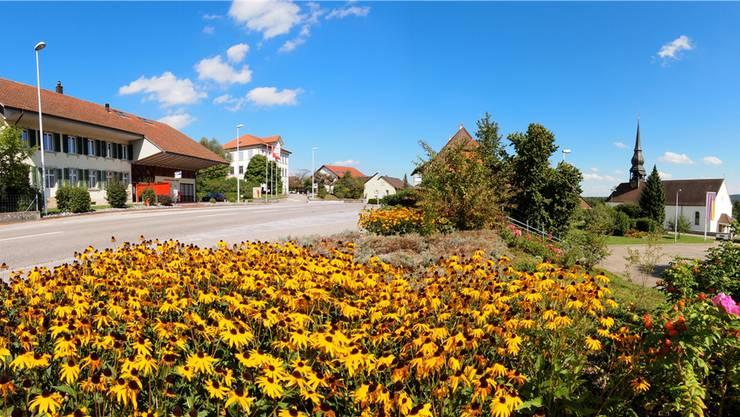 Für das Jubiläum will sich Wolfwil, wie auf dem Foto, von seiner schönsten Seite zeigen. Links das Gemeindehaus, daneben das Schulhaus und rechts die katholische Kirche.